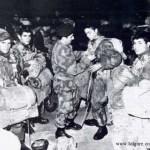 Il Serg. Magg. Parà Carmine Celozzi è quello con il basco in testa che aiuta un suo commilitone ad allacciarsi il paracadute - fonte foto brigata folgore - www.torremaggiore.com -