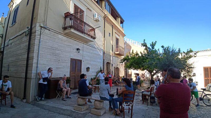 Sessione di ascolto nel quartiere Codacchio con il sindaco Di Pumpo e l'assessore alla Polizia Locale Schiavone a Torremaggiore