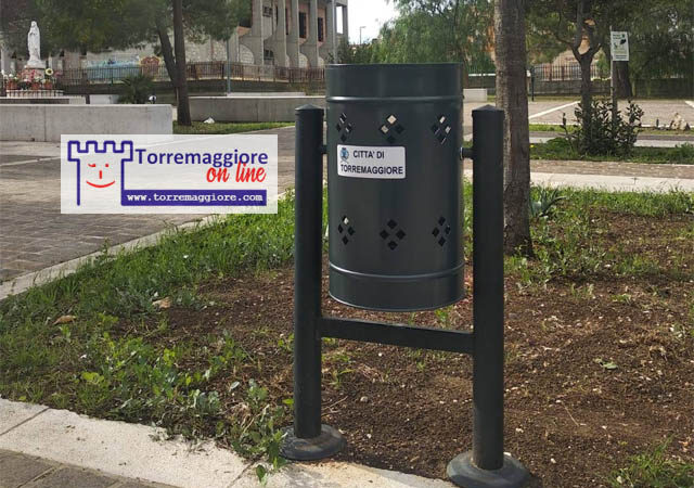 Erano stati  rubati e vandalizzati i cestini su Largo Fosse a Torremaggiore: ora sono stati sostituiti dall'Amministrazione Comunale