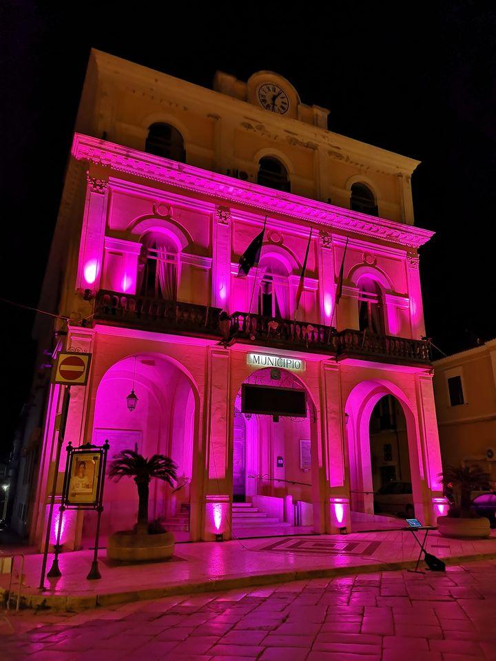 Il rosa illumina il Palazzo di Città a Torremaggiore per l'adesione alla campagna Nastro Rosa 2020
