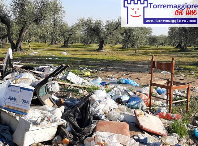 Torremaggiore: su Viale XXV Aprile ecco le foto dei rifiuti abbandonati dai zozzoni locali al 23 dicembre 2020
