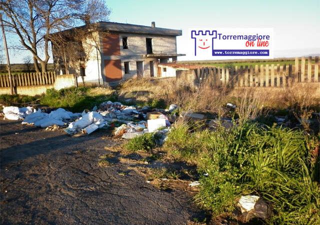 Rifiuti abbandonati in Contrada Pagliaravecchia a Torremaggiore: zozzoni in trasferta anche nelle campagne
