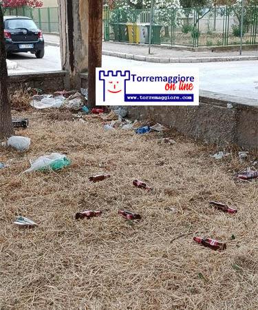 Emergenza inciviltà a Torremaggiore: rifiuti abbandonati anche nel centro cittadino dai soliti zozzoni