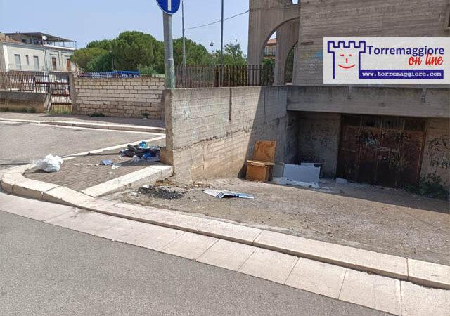 Anche ad agosto prosegue l'emergenza inciviltà a Torremaggiore: rifiuti abbandonati anche nel centro cittadino dai soliti zozzoni