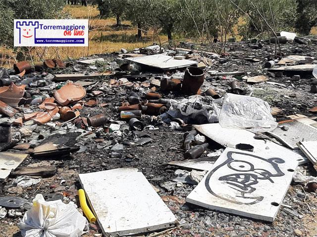 Torremaggiore: su Viale XXV Aprile ecco le foto dei rifiuti abbandonati e bruciati dai zozzoni locali al 15 agosto 2021. Anche a Ferragosto confermata l'emergenza inciviltà. A quando la soluzione  permanente?