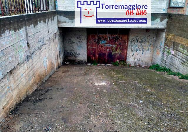 L'immondizia abbandonata su Largo Fosse nei pressi del Palazzo di Giustizia mai ultimato è stata rimossa: ecco le foto